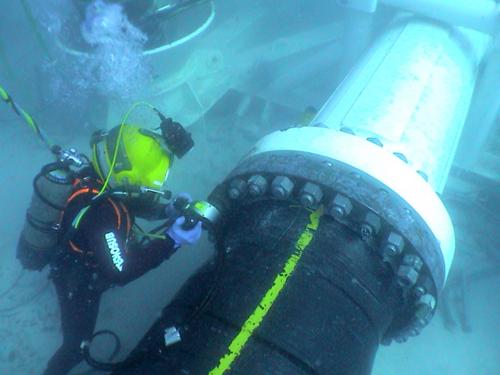 油圧レンチで水中ボルト締め:日本プララド