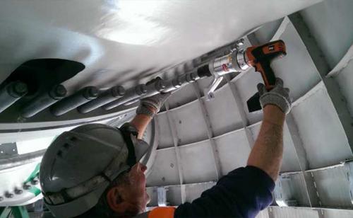 風車ブレードボルトをPLARAD コードレス電動トルクレンチで