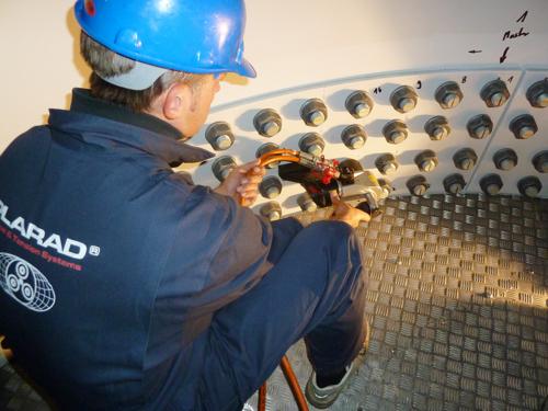 油圧トルクレンチで風力発電ボルト締め作業、締付けトルク5000Nm