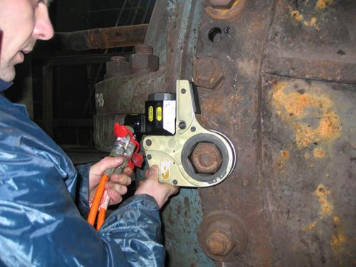 プララド油圧トルクレンチで錆び付いたボルト緩め