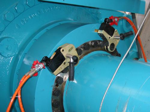 プララド油圧トルクレンチで複数ボルト並行締め トルク3000Nm
