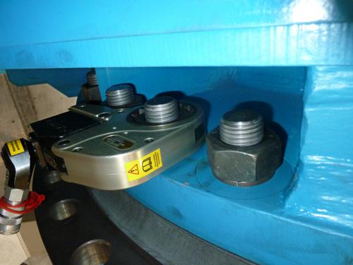 プララド油圧トルクレンチで狭所ボルト締め