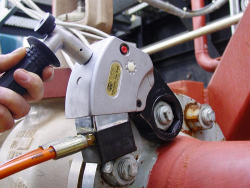 油圧トルクレンチでフランジ締付け