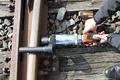 [線路枕木ボルト][レールのボルト締め][線路のボルト締め][コードレス電動レンチ][日本プララド][電動トルクレンチ][トルク管理工具]線路の枕木ボルト締め コードレス電動トルクレンチ - 日本プララド