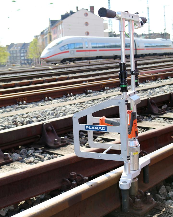 鉄道 線路の枕木ボルト締め。PLARADコードレス電動トルクレンチ