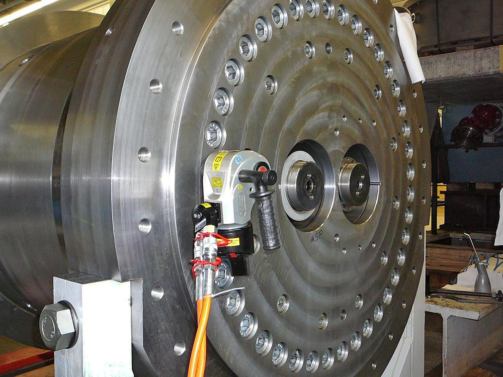 日本プララド - 油圧トルクレンチで六角穴付きボルト締付け3000Nm