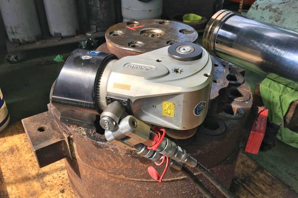 日本プララド - 油圧トルクレンチでM48ボルトの締め付けトルク9000Nm