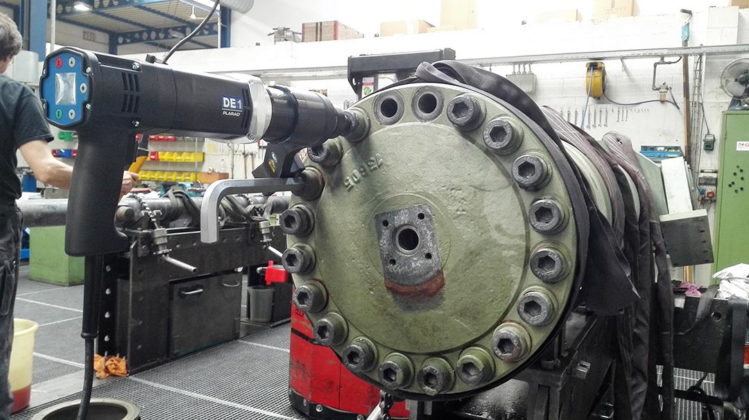 電動トルクレンチで大型の六角穴付きボルト締め-日本プララド