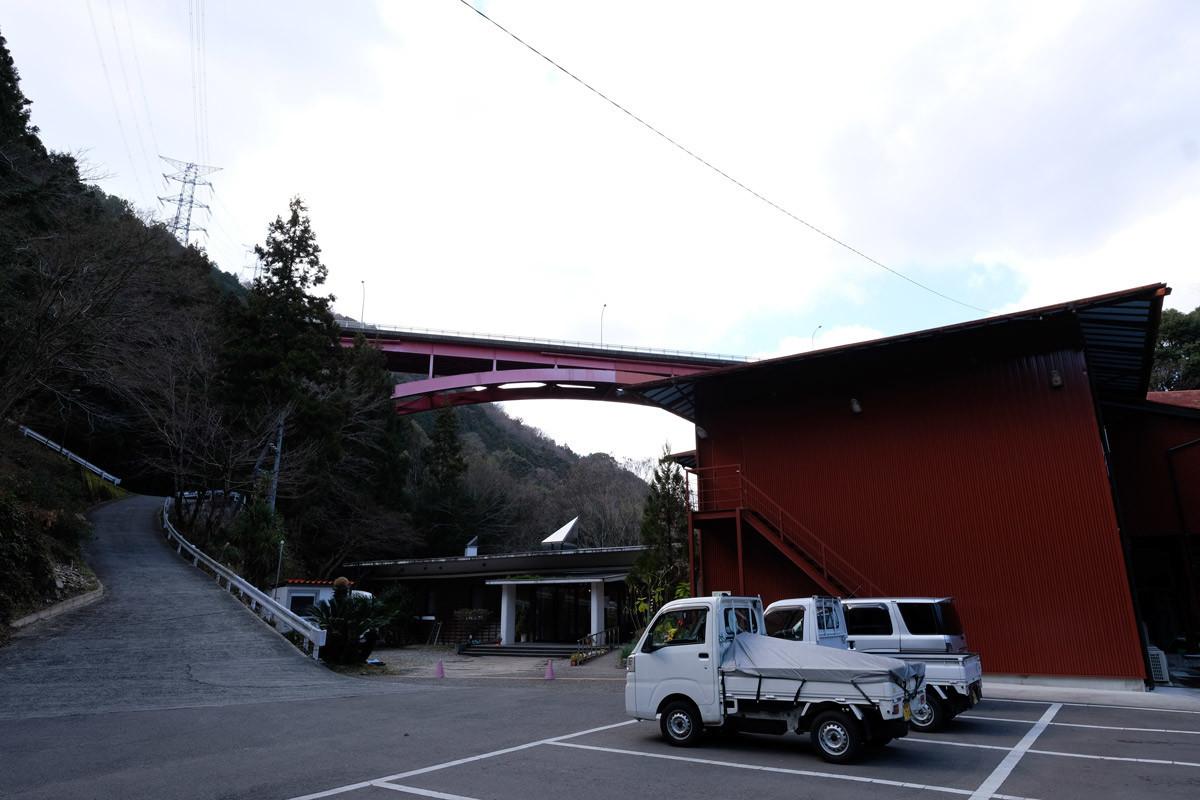 温泉から見上げる高越大橋