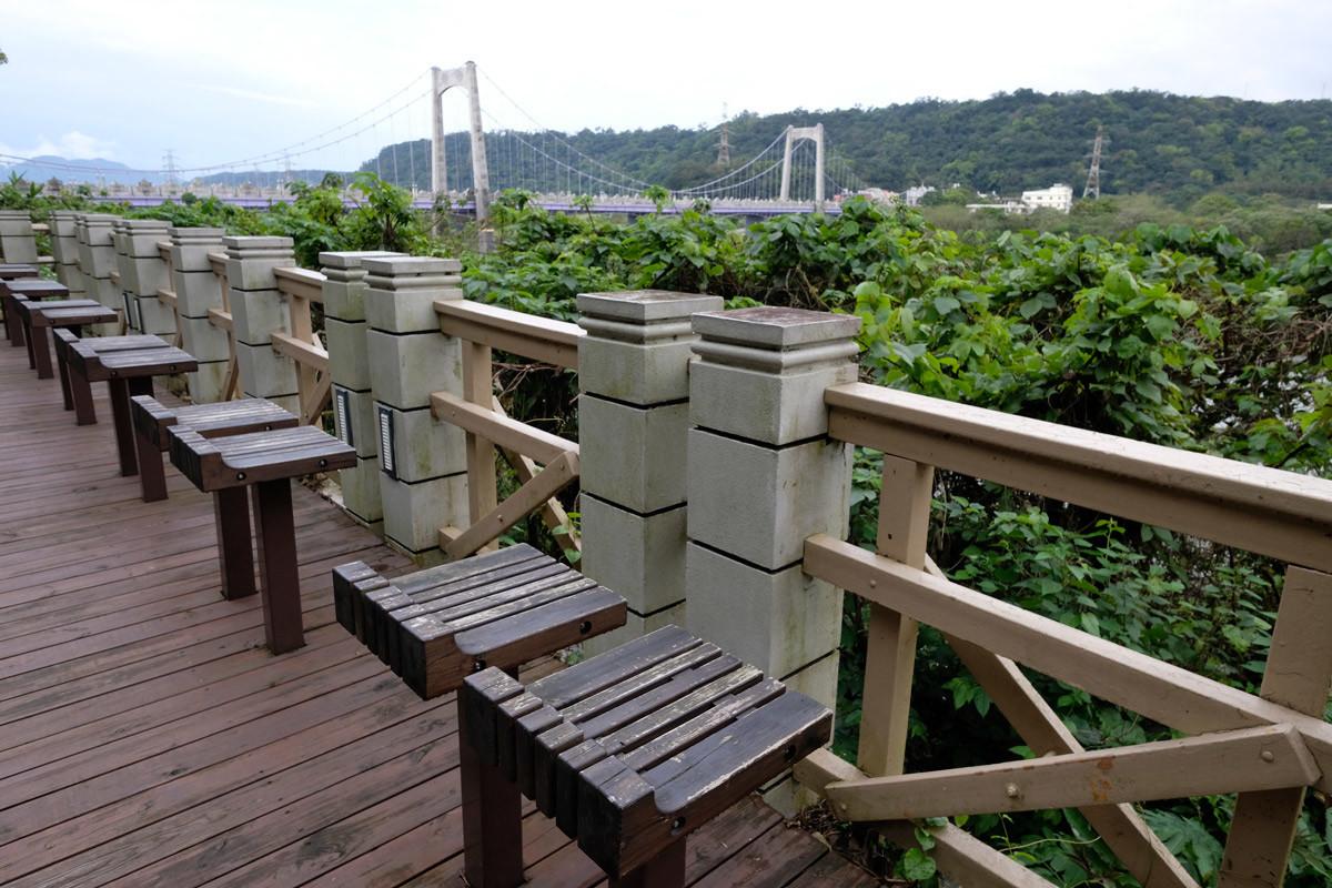 恋人たち用のセットになった椅子。向こうは大渓橋