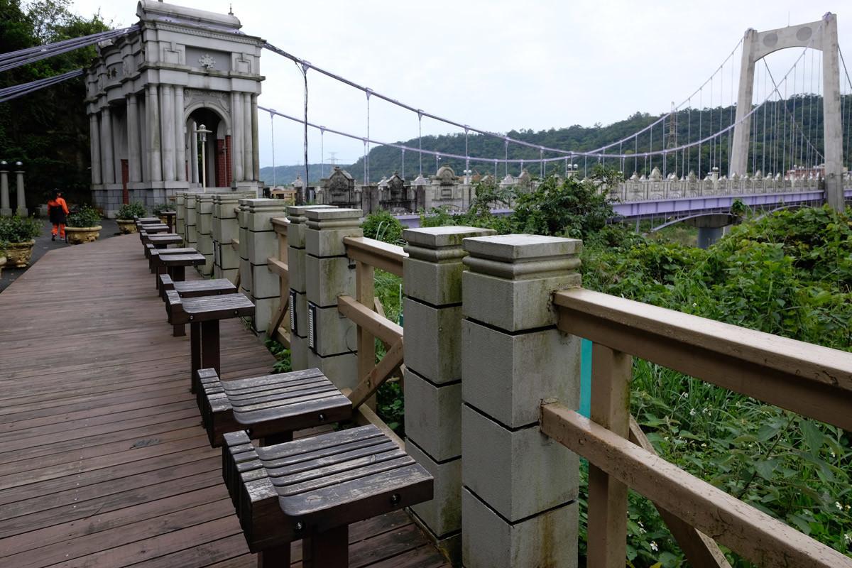 大渓橋:レトロな橋の手前には恋人たち用の椅子?