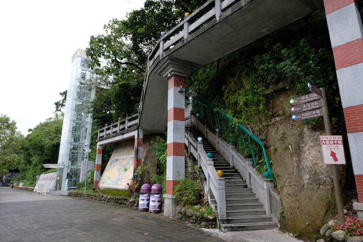 エレベータ、中正公園、大渓老街へ上がるのに便利。階段も