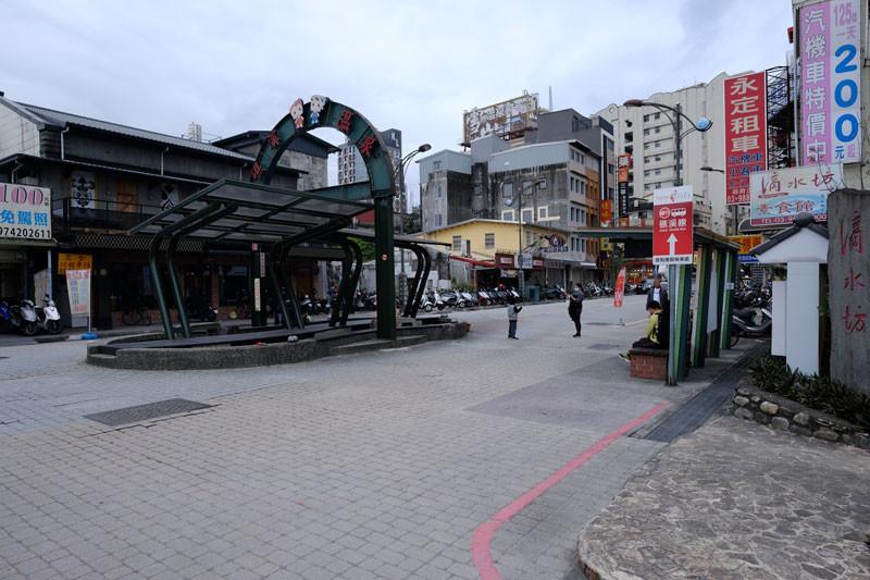 礁渓駅前:足湯、バス乗り場
