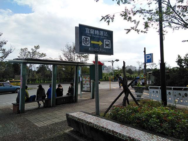 宜蘭:轉運站(バスセンター)は右方向200m