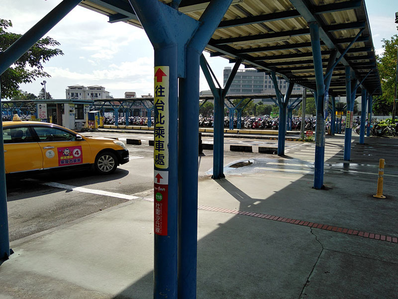 宜蘭:轉運站(バスセンター)の発券所・乗車場所につながる屋根