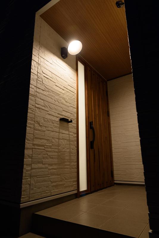 玄関 夜 外観 北西 方角 風水