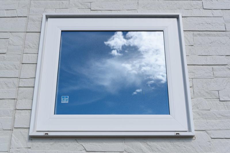 YKK APW330 ホワイト 縦すべり出し窓