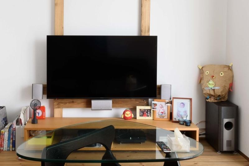 リビング ハイセンス 50E6800 吹き抜け 壁掛けテレビ ラブリコ コーヒーテーブル ホームシアター リビングシアター