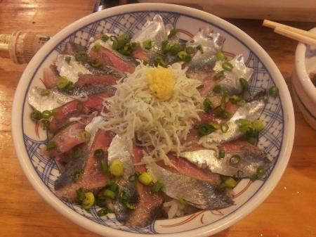 今日の夜食の秋刀魚シラス丼。お安い上おいしゅうございました。
