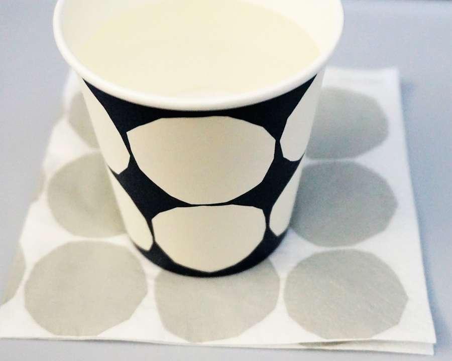 マリメッコのキヴェット柄のペーパーナプキンと紙コップ