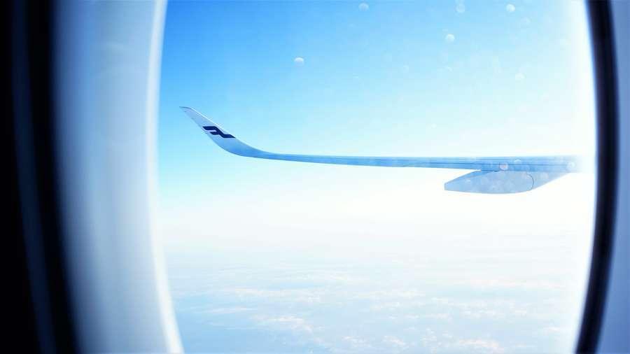 機内から見たフィンエアーの航空機の主翼