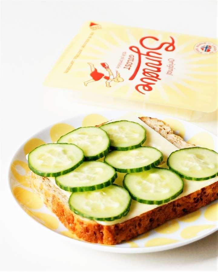 きゅうりとチーズのオープンサンド