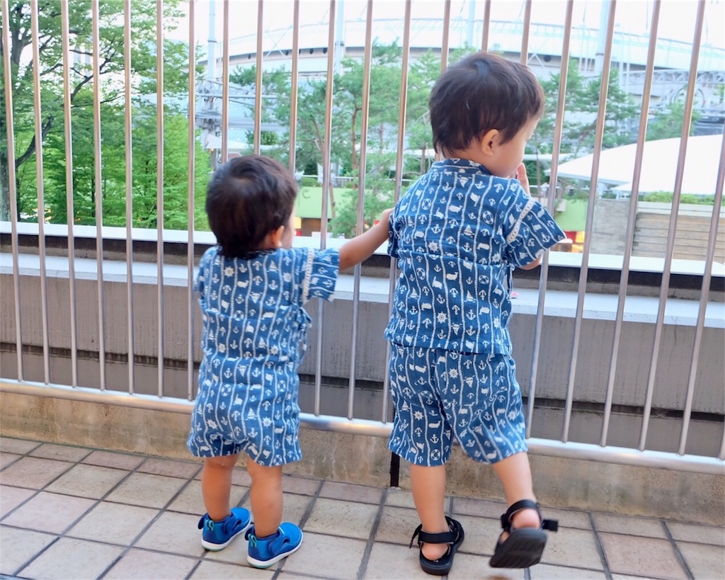 甚平写真2:後姿・1歳児仁王立ち