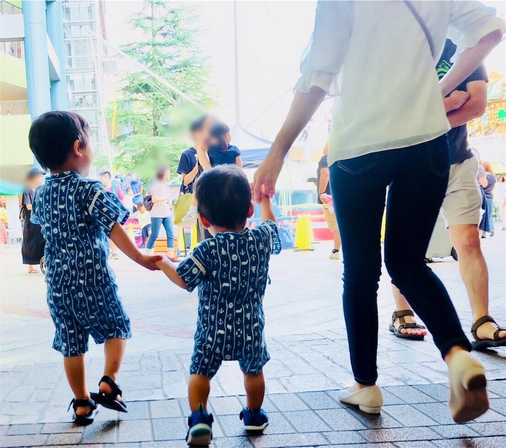 甚平写真3:親子3人仲良く手をつないで歩く