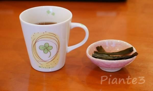 ごぼう茶入りのカップとおやつ昆布