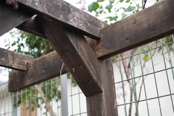 庭のパーゴラの柱と梁の汚れた所