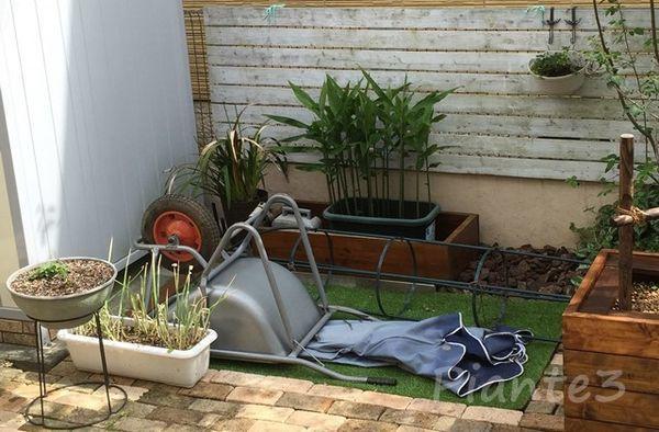 庭の空きスペースの荷物置き場