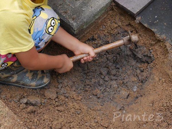基礎を作る為に穴掘り