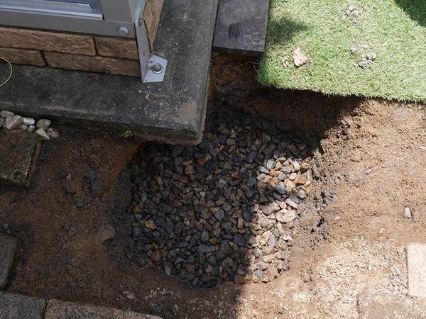 基礎の穴の底に砕石を敷く