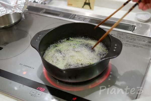 インゲン豆を170℃で揚げている所