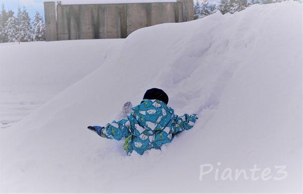 子供雪の中へ遊ぶ
