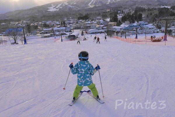 ひるがの高原スキー場でスキーをする子供