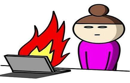 女の人がパソコンで四苦八苦しているイラスト