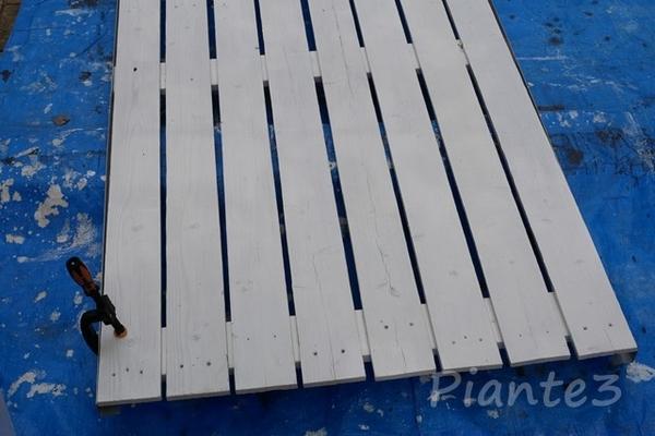 キシラデコールワイス色で3回塗装した焼杉フェンス材