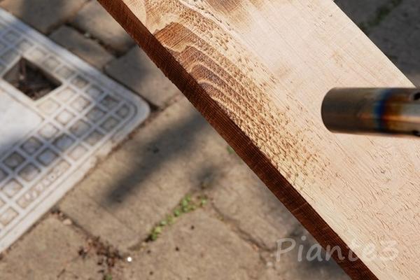 トーチランプでヒノキを炙っている写真