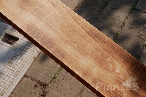 トーチランプで焼いて磨いたヒノキ板の写真