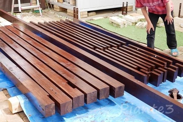 オスモウッドステインプロテクターローズ色で二回目塗装したヒノキ材