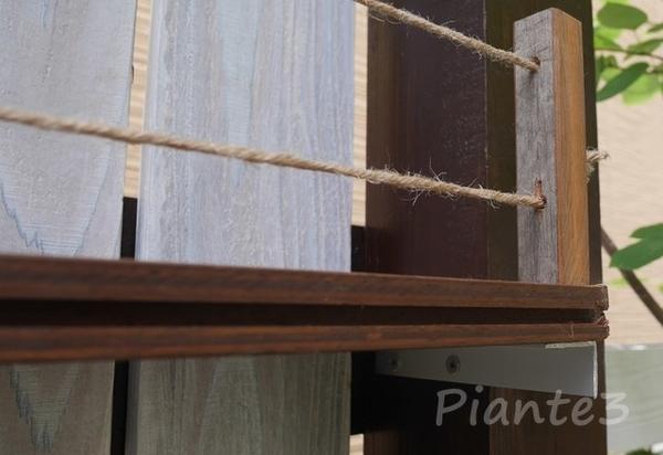 鉢が落ちないように棚にフェンスを付けた写真