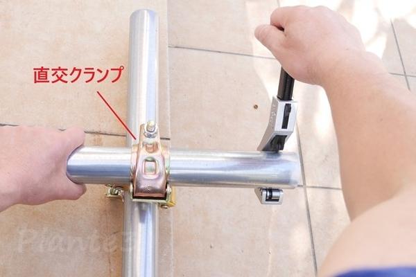 単管を切る時に直交クランプで保持している写真