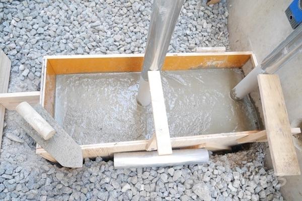 単管基礎にコンクリートを流し込んでいる所