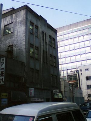 謎の廃墟寸前ビル