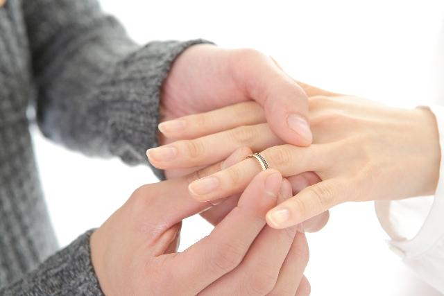 指輪をはめる男性