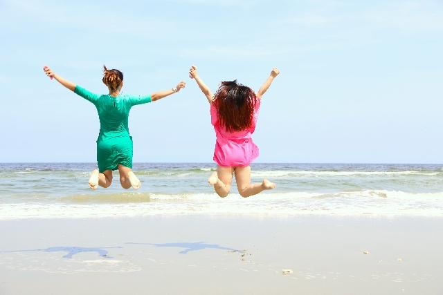 海辺ではしゃぐ女性たち