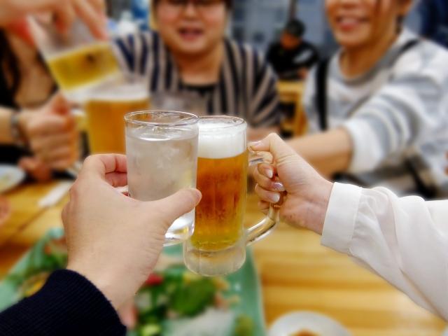 乾杯している様子