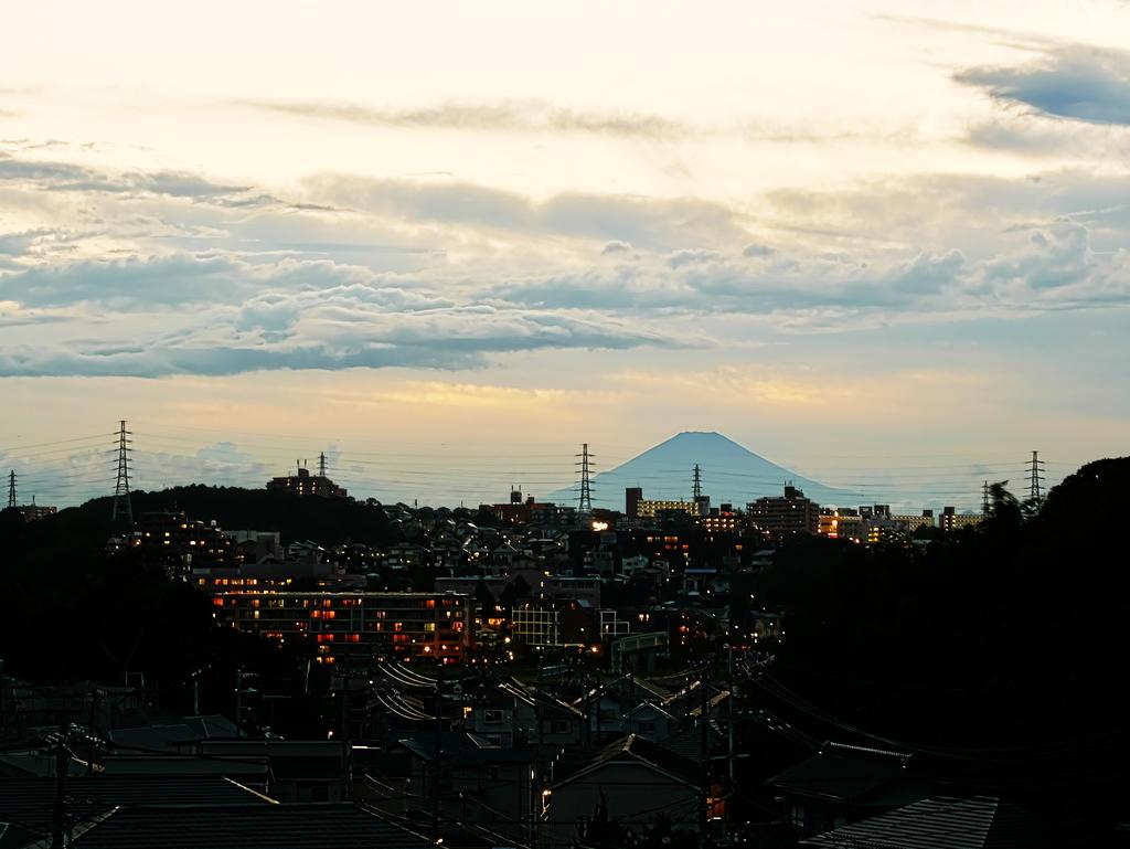 LUMIX MACRO 45mm | 作例 | 夕暮れの街並みと富士山