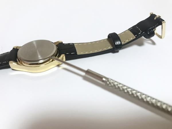 シチズン腕時計の電池交換でマイナスドライバーを使用している画像
